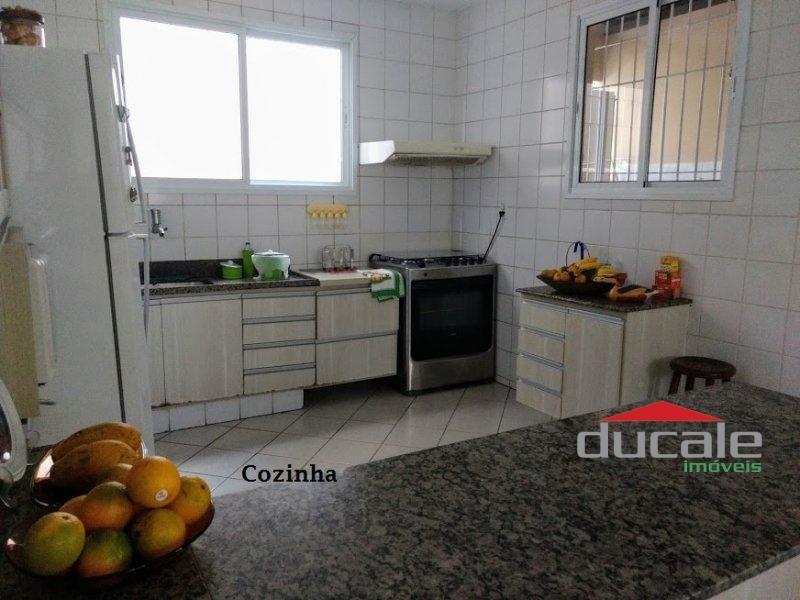 Vende-se Casa grande com Quintal em Jardim Camburi - CA1652